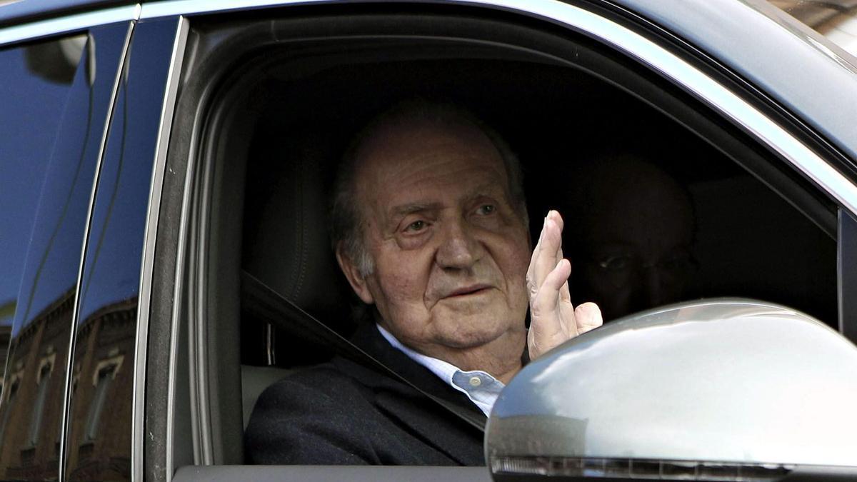 El Rey Juan Carlos saluda a su salida de una clínica de Madrid. EFE/Zipi/Archivo
