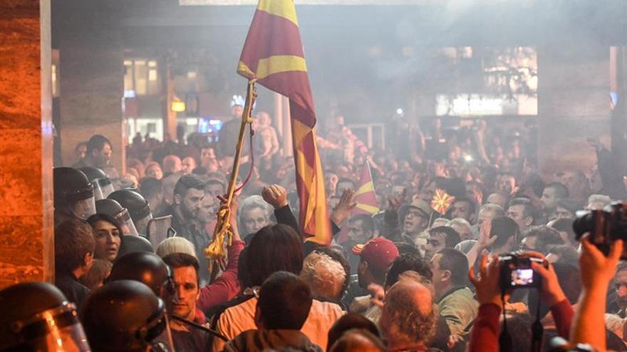 Manifestantes montan acampada ante el Parlamento Skopje tras su desalojo
