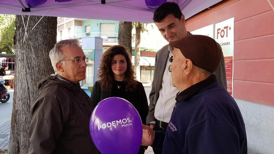 Clara Martínez Baeza y Ginés Ruiz Maciá, número 2 y 1 de Podemos en el Ayuntamiento de Murcia y ediles electos, en un puesto electoral del partido