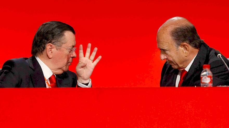 El presidente del Banco Santander, Emilio Botín, conversa con el consejero delegado, Alfredo Sáenz, que fue indultado por el Gobierno de Zapatero. Foto: EFE