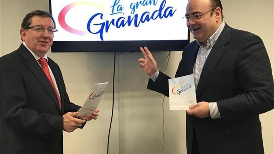 Sebastián Pérez (derecha) en la presentación de su proyecto político para la alcaldía de Granada