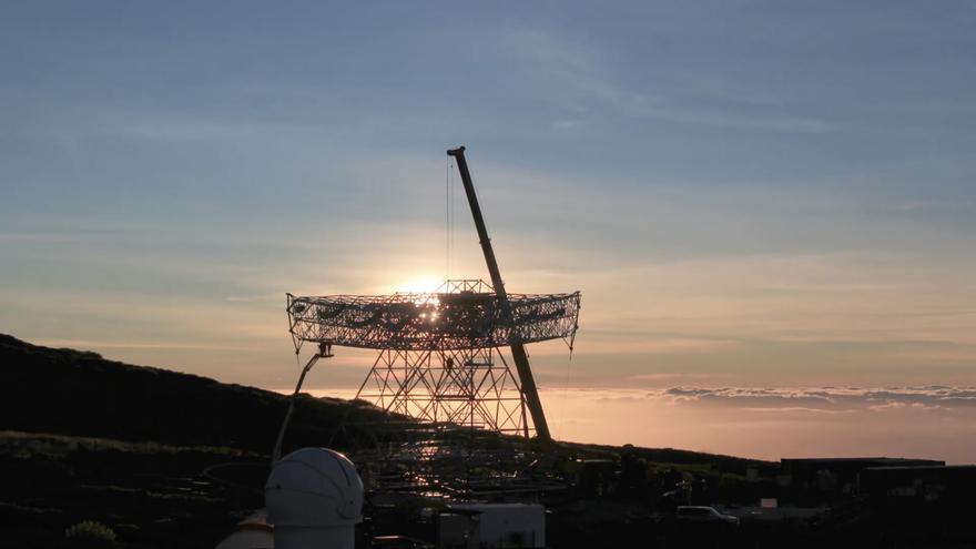 Un momento de la colocación de plato de 18 toneladas donde se colocará el espejo de 23 metros del telescopio Cherenkov  de gran tamaño (el prototipo LST1) que se instala en el Observatorio de Astrofísica del Roque. Imagen captada del   time lapse de Giovanni Ceribella.