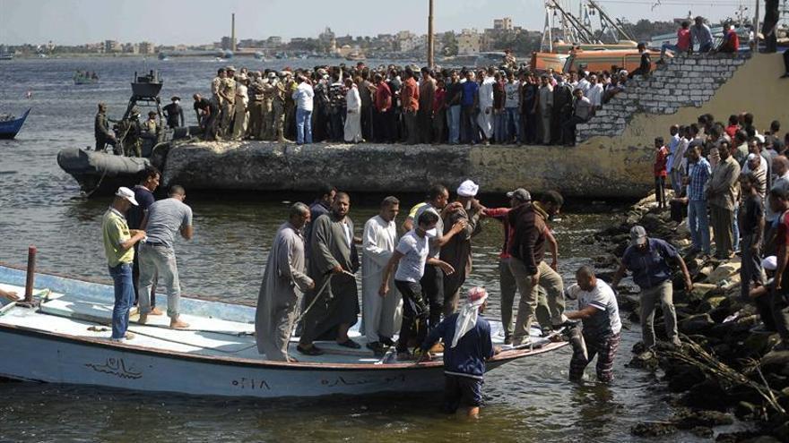 Reflotan el barco que naufragó frente a la costa mediterránea egipcia