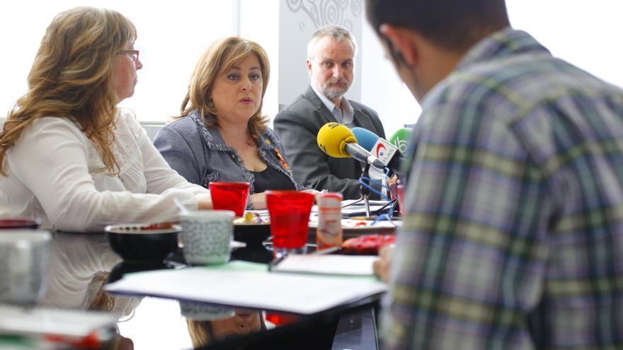 Ana Lima, presidenta del Consejo General de Trabajadores Sociales, Cristina Martins, presidenta de la Federación Internacional del Trabajo Social (FITS) en Europa y Rory Truell, secretario general de la FITS Mundial.