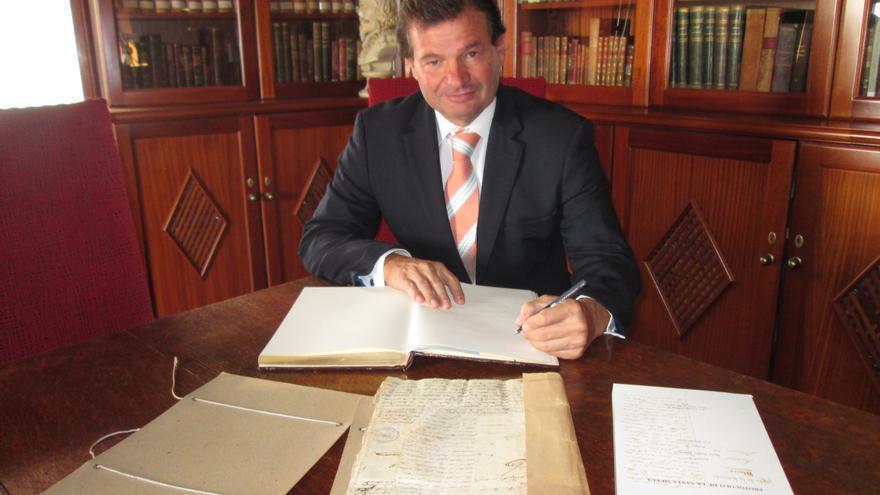 Francisco Palacios firma en el libro de visitas de La Cosmológica. Foto: LUZ RODRÍGUEZ