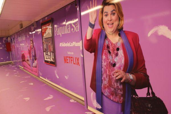 """Campaña publicitaria de la serie """"Paquita Salas"""" en el Metro de Chueca por el Orgullo 2018   Somos Chueca"""