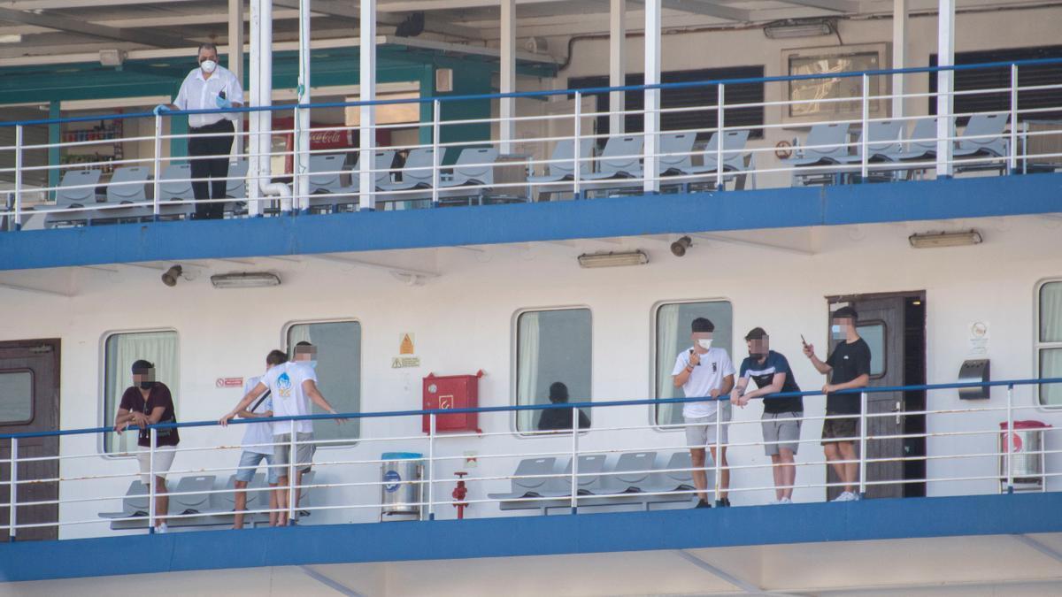 """Varios estudiantes, que se encontraban en cuarentena por el macrobrote de covid-19, aguardan a bordo del """"barco burbuja"""" su salida hacia Valencia."""