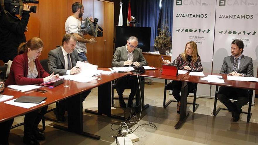 El presidente del Cabildo de Tenerife, Carlos Alonso (d), y la consejera de Economía del Gobierno de Canarias, Rosa Dávila (2d), durante la primera reunión de seguimiento del Fondo de Desarrollo de Canarias.