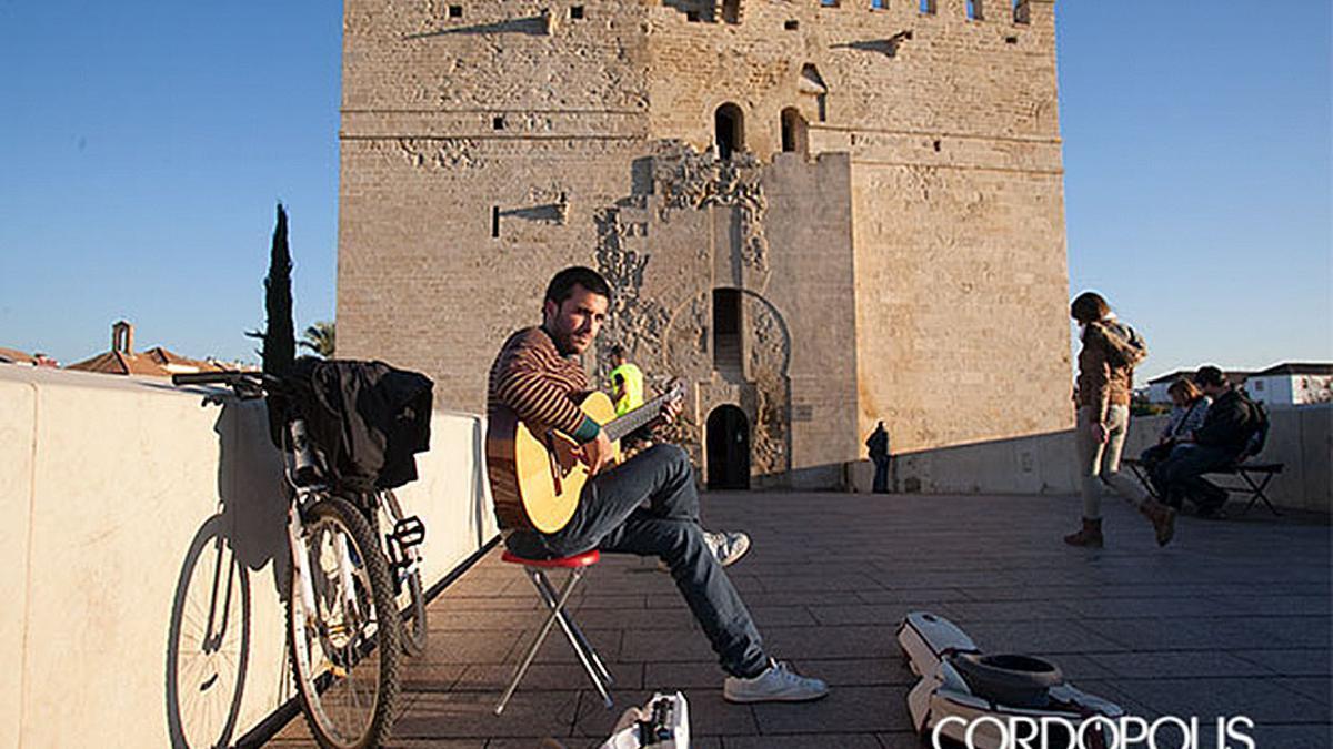 Un músico tocando en el Puente Romano