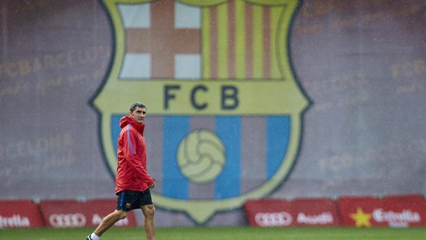 El entrenador del FC Barcelona, Ernesto Valverde, durante el entrenamiento realizado esta tarde en la Ciudad Deportiva Joan Gamper, para preparar el partido de este domingo ante Las Palmas en el Camp Nou. EFE/Alejandro García