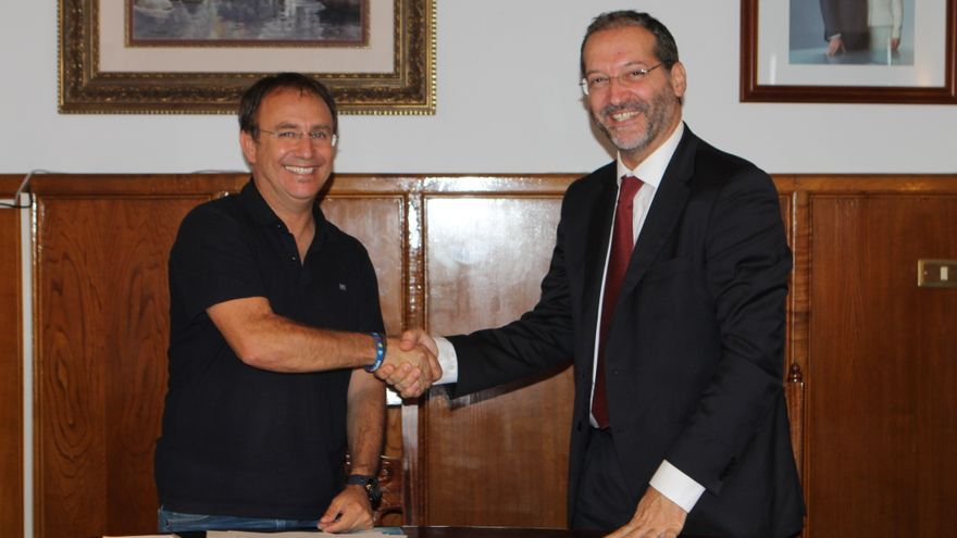 Sergio Rodríguez, alcalde de El Paso, y Juan Flores, director de Telefónica en Canarias.