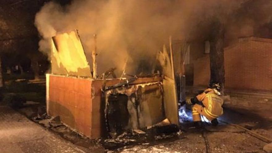 Bomberos de Badajoz apagando el fuego en un quiosco