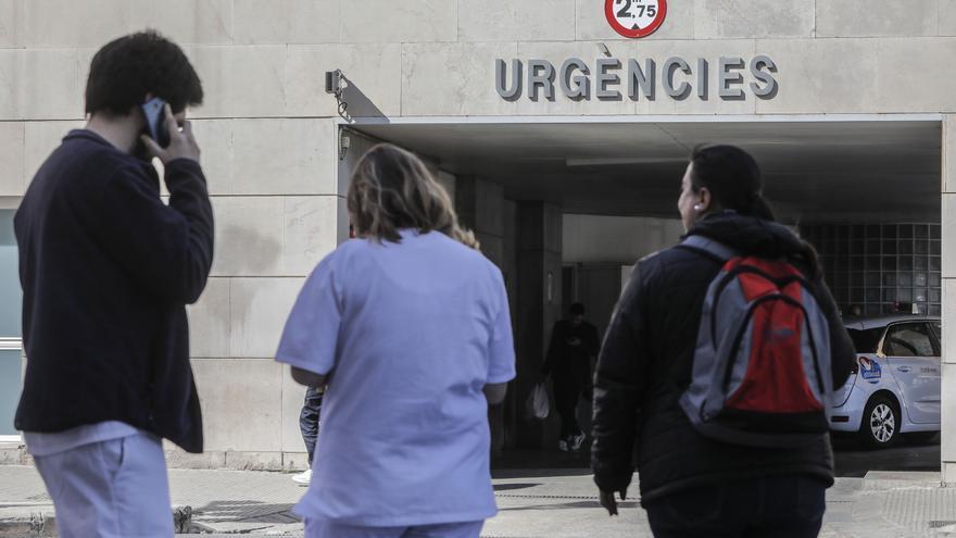 Personal sanitario en la puerta de Urgencias de Hospital Clínico de València donde se encuentra ingresado un paciente con coronavirus, convirtiéndose así en el segundo infectado en la Comunidad Valenciana, en Valencia (España), a 27 de febrero de 2020.