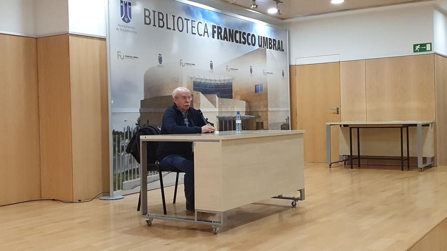 Luis Pío Moa durante su charla en la biblioteca pública de Majadahonda.