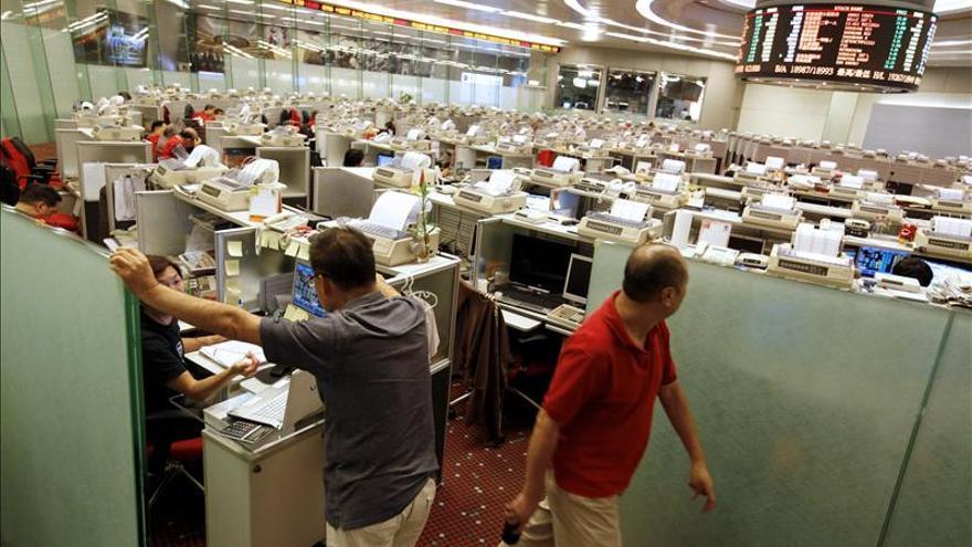 El índice Hang Seng sube el 0,68 por ciento o 161,99 puntos a media sesión