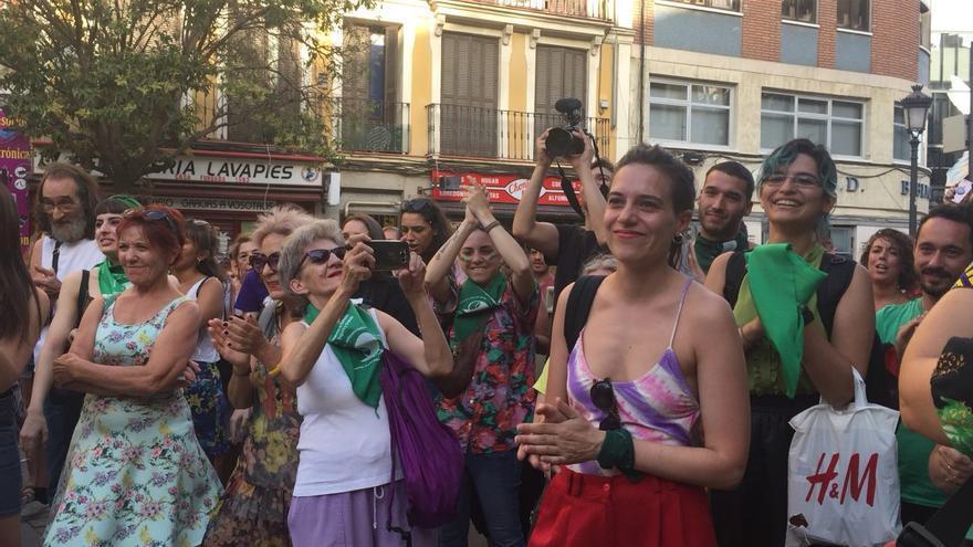 En primer plano y de rojo, Eliana Murgia, natal de Buenos Aires, vive con tensión las últimas horas antes de la votación