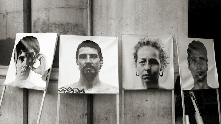 Pancarta con retratos de las víctimas de balas de goma en Cataluña durante una manifestación en Barcelona / @okokitsme