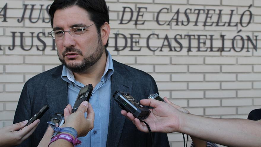 El diputado de EU Ignacio Blanco atiende a los medios a la salida de la Audiencia de Castellón