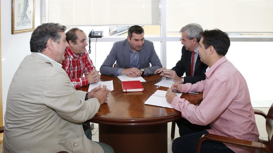 El consejero de Presidencia y Justicia, Rafael de la Sierra, durante una reunión con el alcalde de Santoña, Sergio Abascal. | José Román Cavia