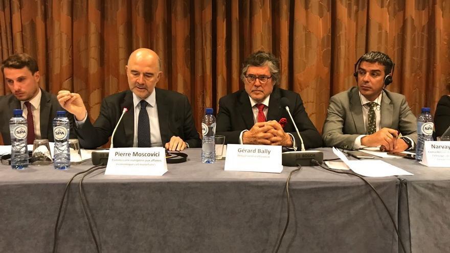 El comisario Moscovici, en una reunión celebrada junto a Narvay Quintero y la delegación de las RUP, este martes en Bruselas