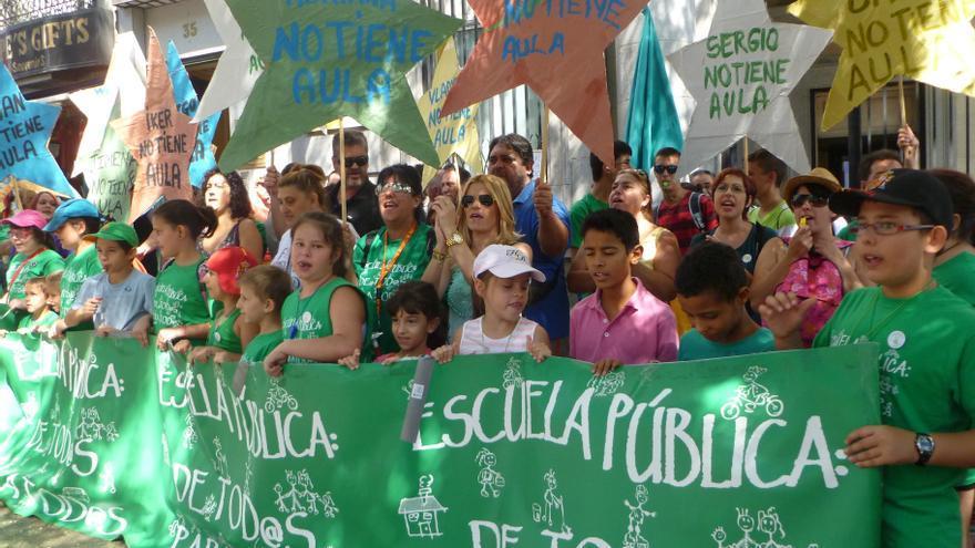 Varias familias se manifiestan ante la Consejería madrileña de Educación./ L.O.