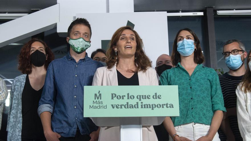 La candidata de Más Madrid a la Presidencia de la ComunidadMónica García, acompañada del líder de Más País, Íñigo Errejón (i), y de la portavoz de Más Madrid en el Ayuntamiento, Rita Maestre (d), interviene en una rueda de prensa