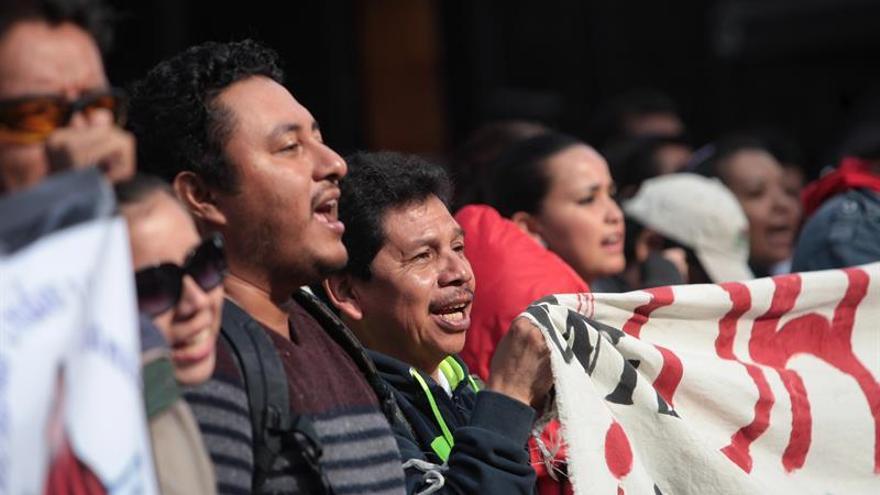 Los maestros mexicanos mantienen los bloqueos y protestan frente a la Bolsa