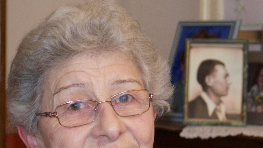 Pierrette posa junto a la foto de su marido, el deportado José Sáez Cutanda