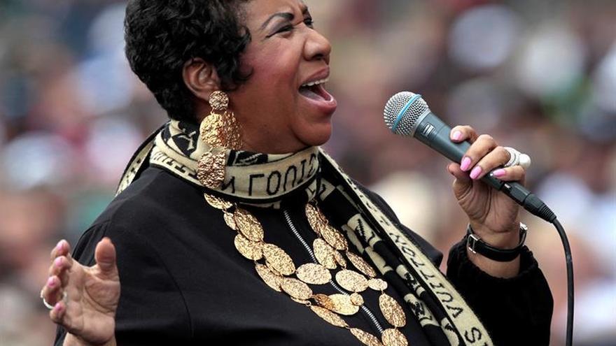 Rezan por Aretha Franklin en una iglesia de Detroit donde su padre fue pastor