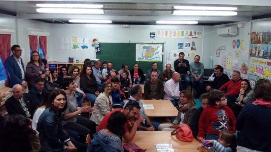 Padres del colegio 'Felix Grande' encerrados en los módulos temporales