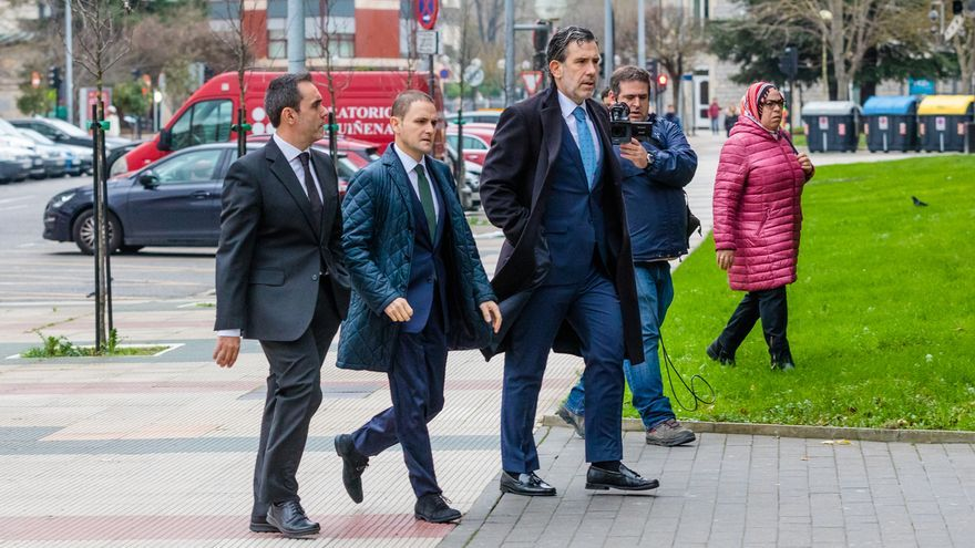 El juez Ramos -en el centro- con los fiscales Josu Izaguirre y Manuel Pedreira