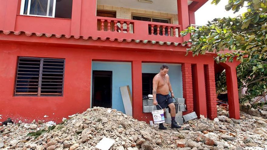 Cuba vive el día después de Irma entre escombros y con La Habana anegada