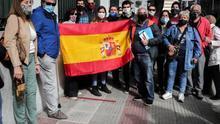 Ciudadanos españoles muestran la bandera el jueves en Montevideo (Uruguay) frente al Consulado de España para pedir a las autoridades que reprogramen nuevas conexiones aéreas para poder retornar a su casa.