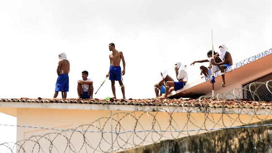 Motín en la cárcel brasileña donde murieron 26 presos el fin de semana. Fotografía de presos en los tejados de la Penitenciaria Estatal de Alcaçuz, este 17 de enero de 2017, en Natal (Brasil).