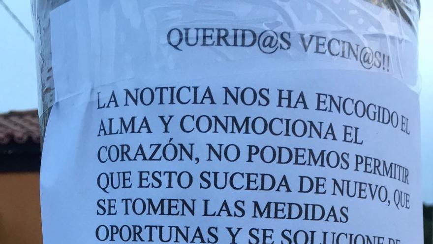 Carteles que empapelan el barrio de García Escámez tras el atropello de dos niños este martes