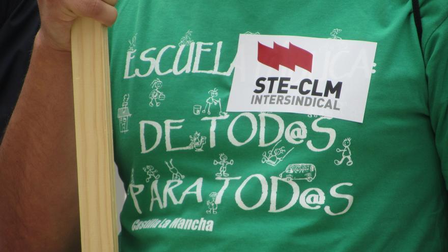 Foto de la convocatoria de STE-CLM a las puertas de la Consejería de Educación / FOTO: Diego Jimeno Manrique