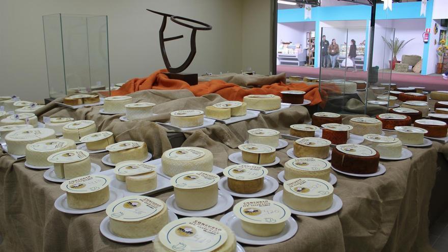 Mesa con quesos en concurso, en una imagen de archivo