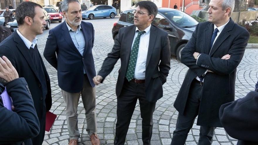 El alcalde socialista de Tui (izquierda), en una visita del vicepresidente Rueda (derecha) al municipio