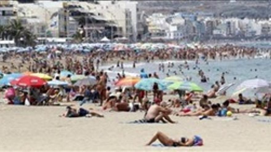 Canarias roza su récord de visitas de turistas foráneos