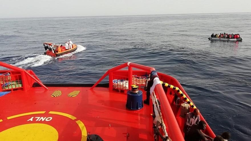 Rescatan a 86 personas de dos pateras, una de ellas semihundida en el mar de Alborán