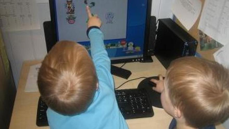 Niños de un colegio gallego ante un ordenador