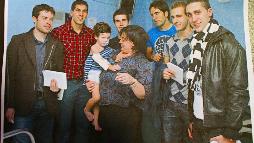 Jugadores y ex jugadores del Athletic Club visitaron a Mikel en el hospital cuando tenía dos años.