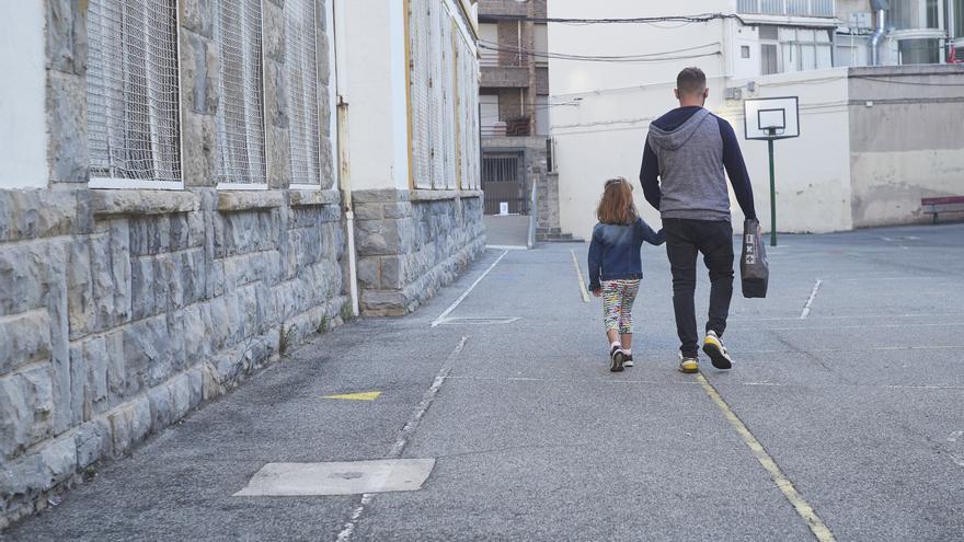Archivo - Un padre lleva a su hija al colegio