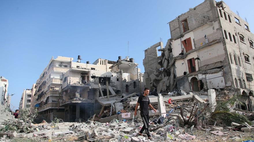 Una persona examina las ruinas de una casa destruida en un ataque israelí en Ciudad de Gaza. Foto: Ezz Zanoon/Zuma Press.