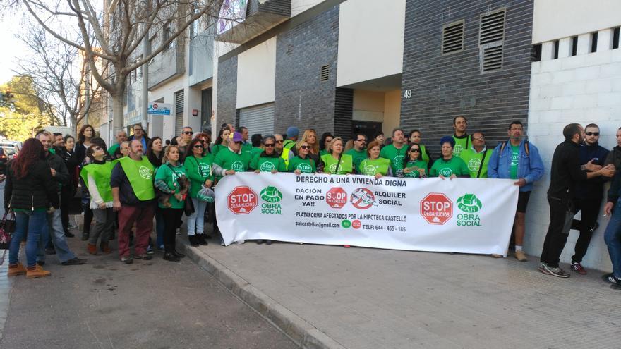 Concentración de la PAH en apoyo de las familias que han 'ocupado' un edificio en la Gran Vía de Castellón.
