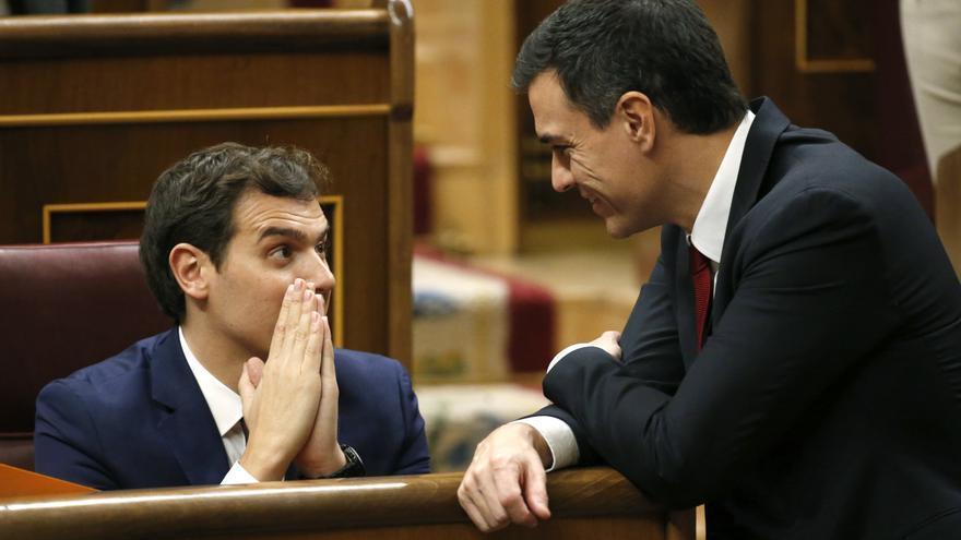 Pedro Sánchez conversa con Albert Rivera en las Cortes Generales
