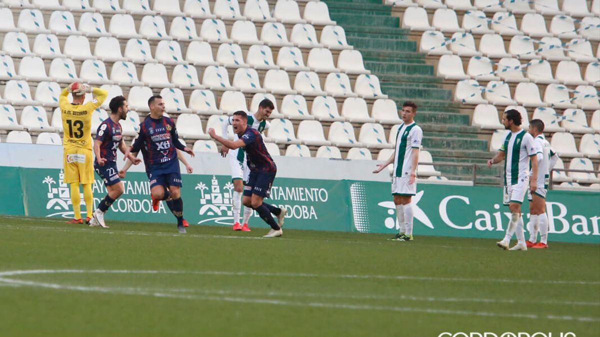 Los jugadores del Yeclano celebran un gol ante el lamento blanquiverde.