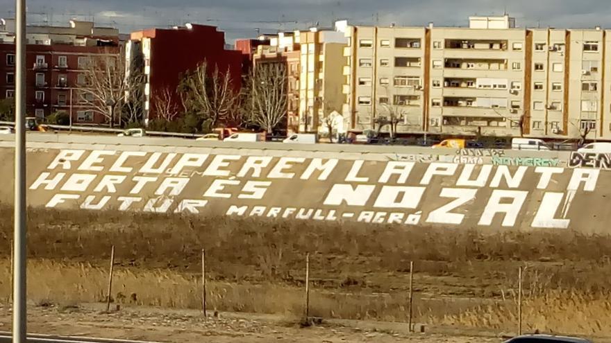 Pintada gigante contra la ZAL en el cauce del Turia