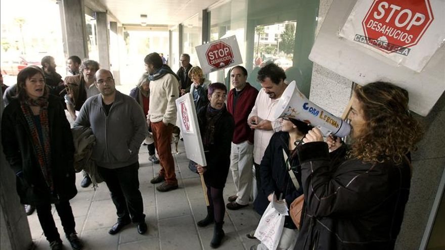 Un grupo de integrantes de Stop Desahucios Compostela. / Efe