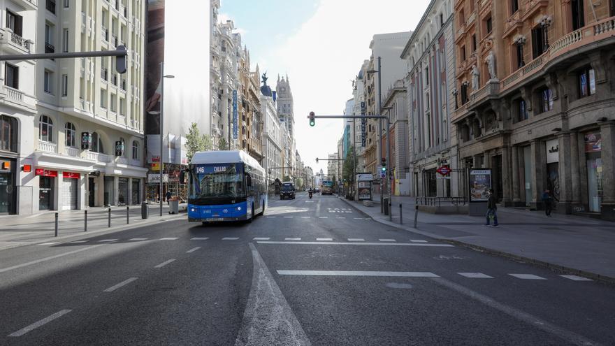 La Gran Vía de Madrid, vacía tras la declaración del estado de alarma en España.